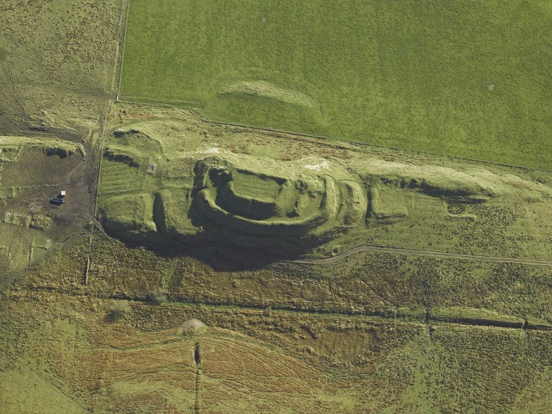Oblique aerial view centred on the remains of the fort and the township, taken from the NW.