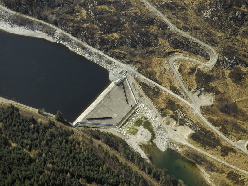 Oblique aerial view centred on the dam, taken from the ENE.