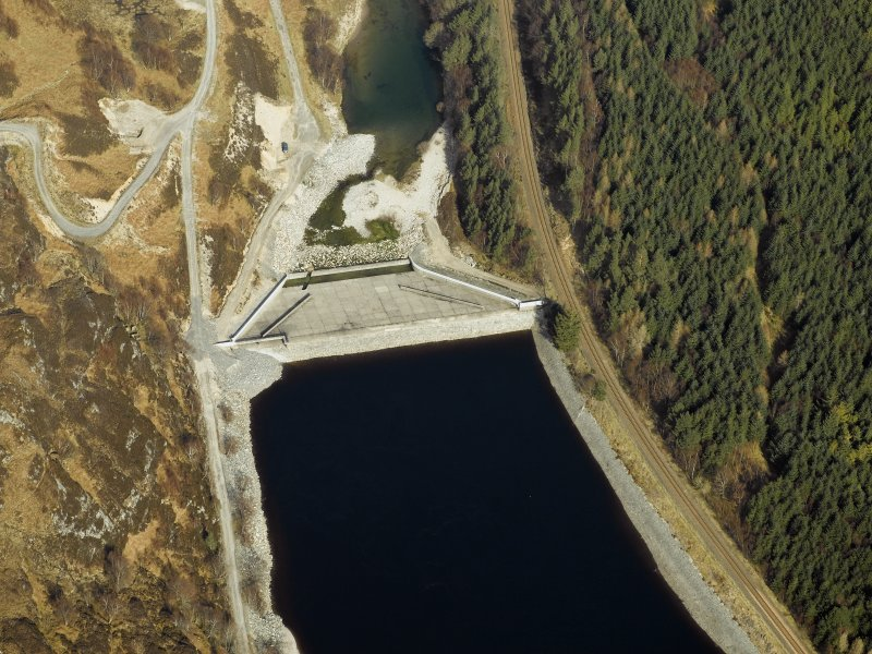 Oblique aerial view centred on the dam, taken from the SW.