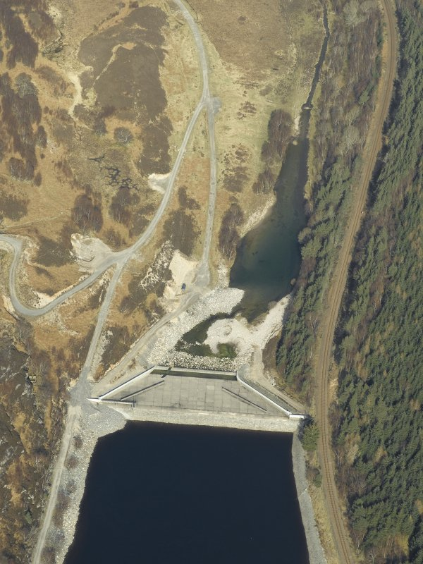 Oblique aerial view centred on the dam, taken from the S.