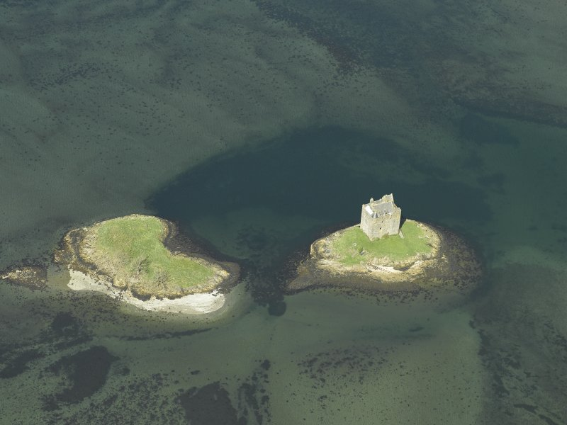 Oblique aerial view centred on the castle, taken from the SE.