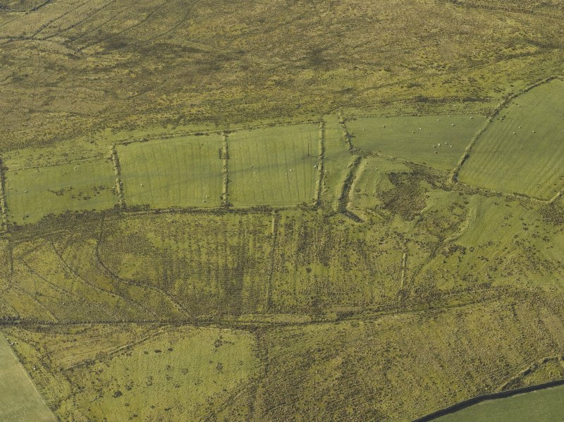 Oblique aerial view centred on the remains of the settlement, rig and field banks, taken from the NE.