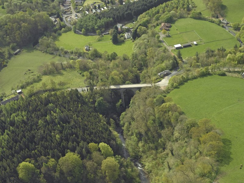 Oblique aerial view centred on the bridge, taken from the N.
