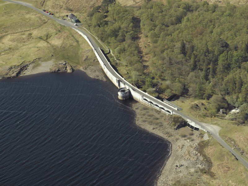 Oblique aerial view centred on the dam, taken from the NE.