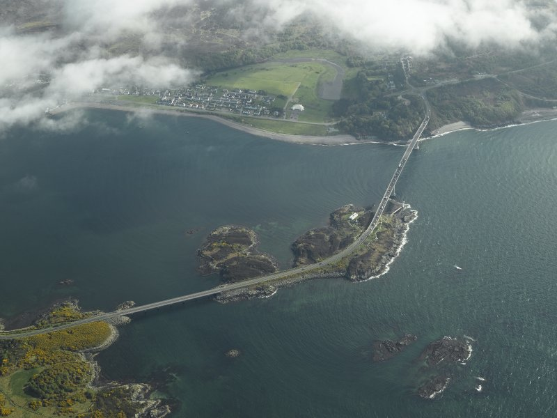 Oblique aerial view centred on the road bridge with the adjacent village of Caol Acain (Kyleakin), taken from the N.