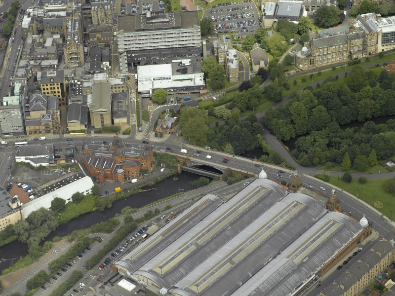 Oblique aerial view centred on the bridge with Old Partick Bridge and Western Infirmary adjacent, taken from the S.