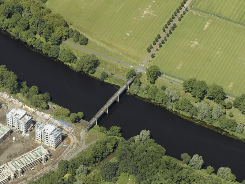 Oblique aerial view centred on the bridge, taken from the SSE.