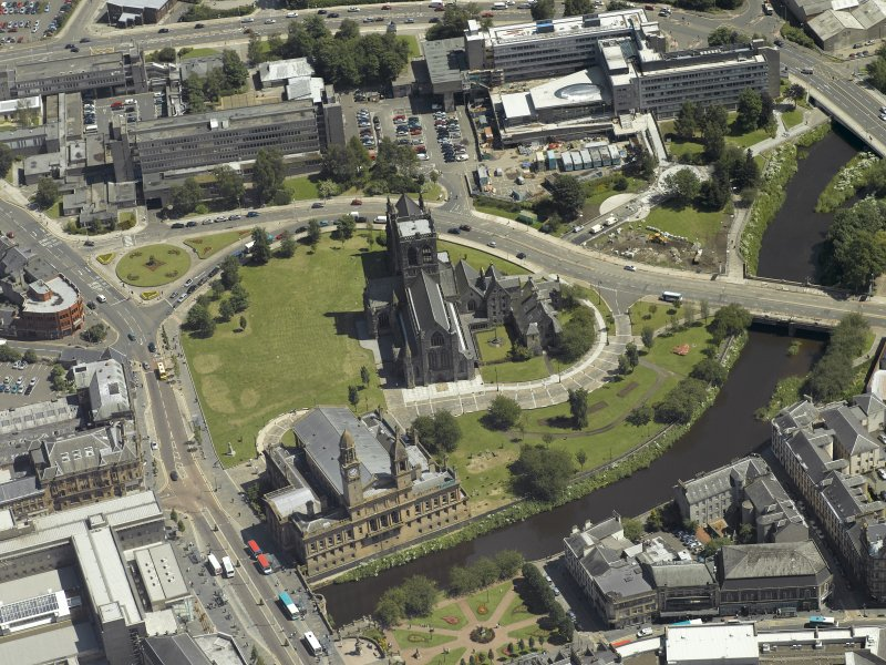 Oblique aerial view centred on the abbey with the Town Hall adjacent, taken from the WNW.