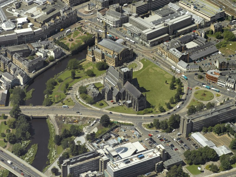 Oblique aerial view centred on the abbey with the Town Hall adjacent, taken from the SE.