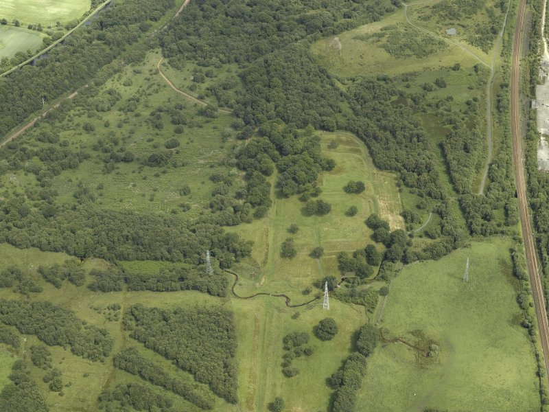 General oblique aerial view centred on the remains of the Roman fort and the course of the Antonine Wall, taken from the W.