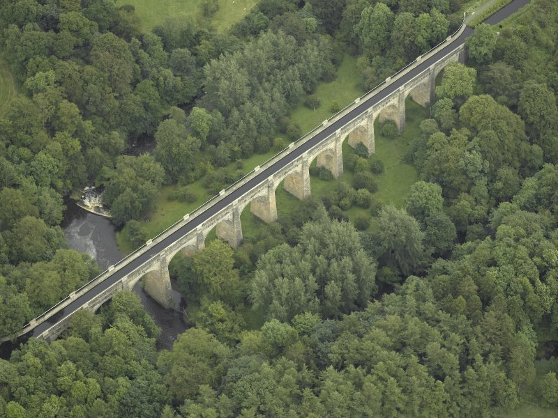 Oblique aerial view centred on the aqueduct, taken from the SW.