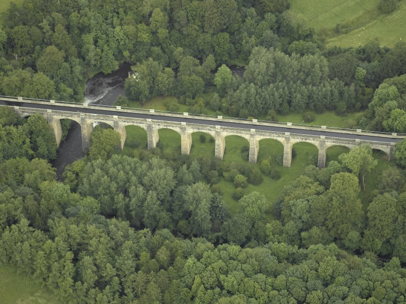 Oblique aerial view centred on the aqueduct, taken from the S.