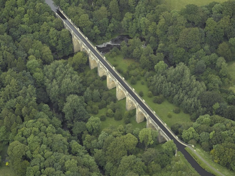 Oblique aerial view centred on the aqueduct, taken from the SE.