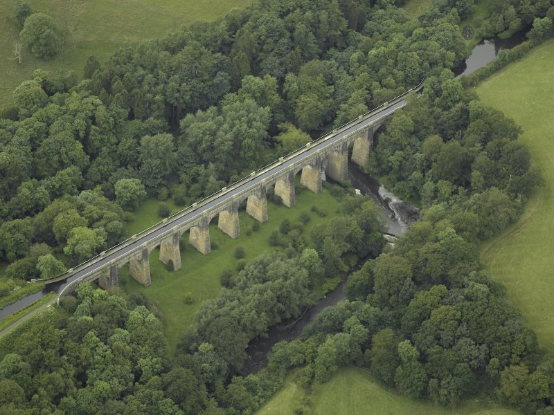 Oblique aerial view centred on the aqueduct, taken from the NE.