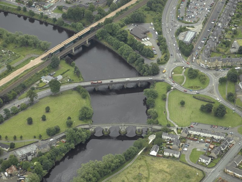 Oblique aerial view centred on the bridges, Stirling, taken from the NNW.