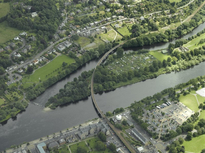 Oblique aerial view centred on the bridge, taken from the NW.