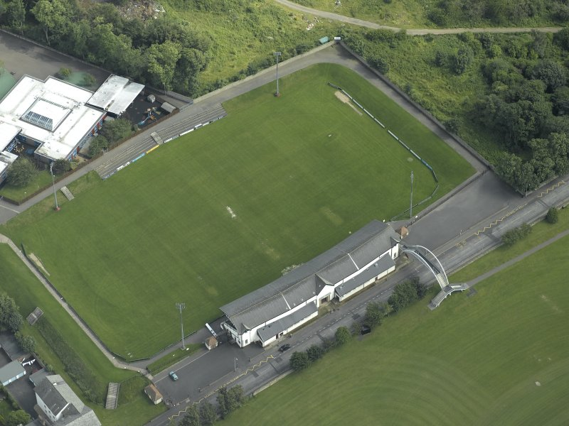 Oblique aerial view centred on rugby ground, taken from the NW.
