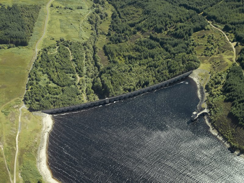 Oblique aerial view centred on the dam, taken from the NW.