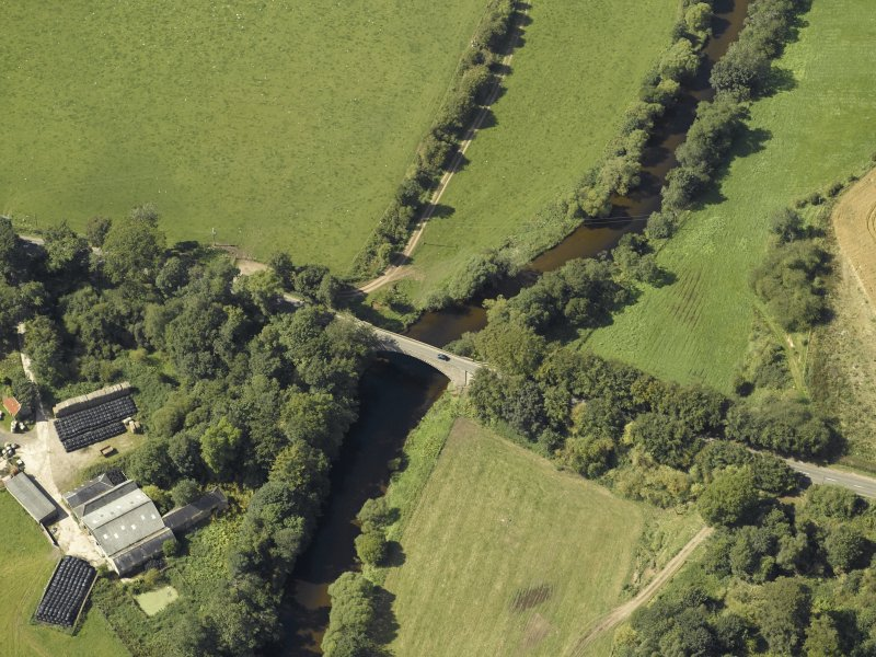 Oblique aerial view centred on the bridge, taken from the E.