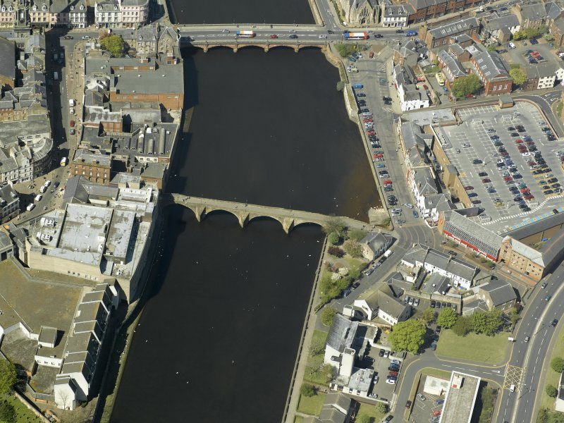 Oblique aerial view centred on the Auld Brig and the New Bridge, taken from the SE.