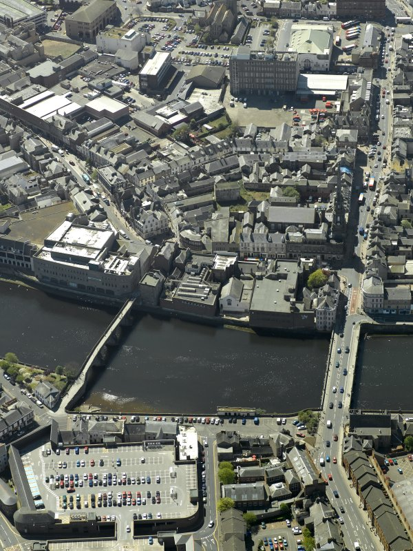 Oblique aerial view centred on the Auld Brig and the New Bridge, taken from the NE.