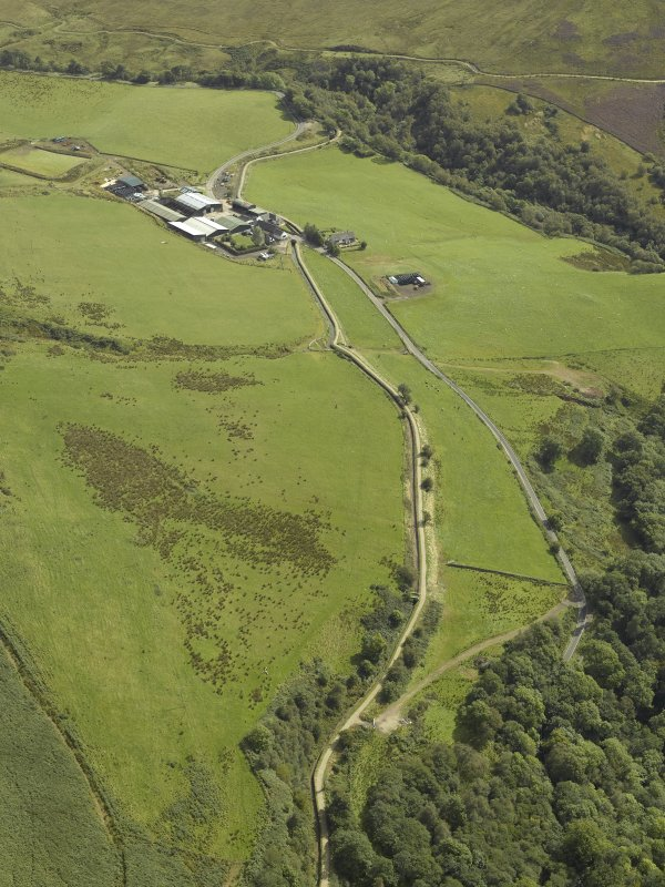 General oblique aerial view centred on aqueduct with farmstead adjacent, taken from the NW.