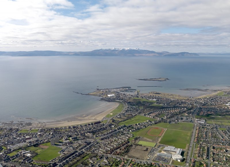 General oblique aerial view centred on South Beach with Ardrossan adjacent, taken from the SE.