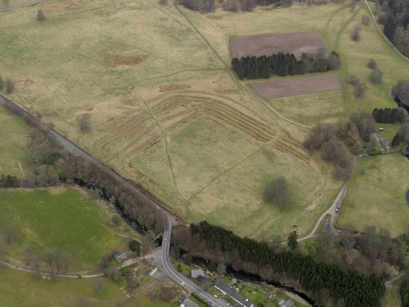 Oblique aerial view centred on the remains of the fort, taken from the SW.