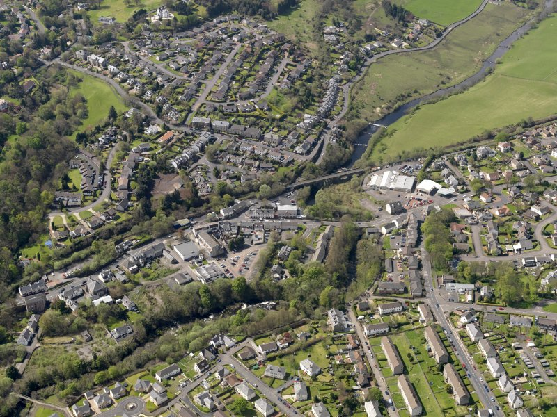 General oblique aerial view centred on the centre of the town, taken from the SE.