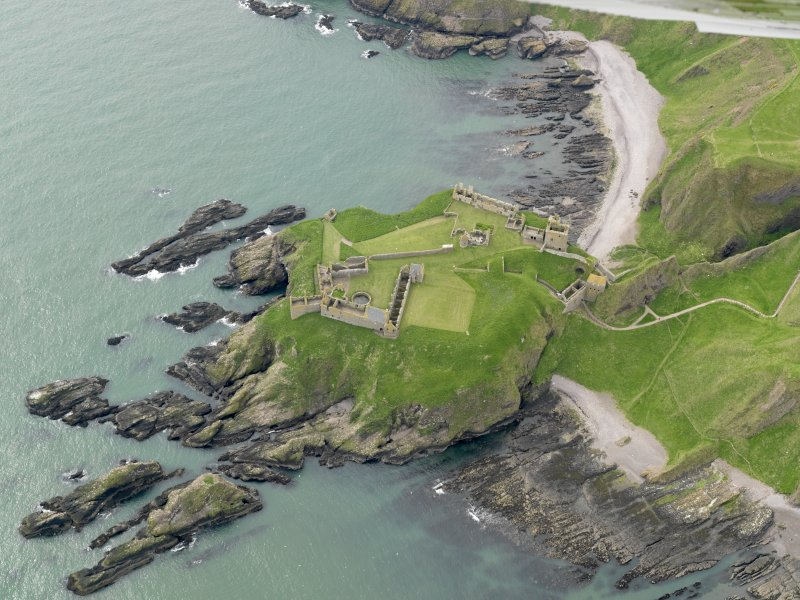 General oblique aerial view centred on the castle, taken from the N.