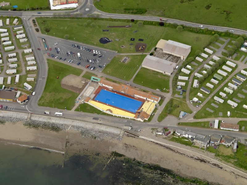 Oblique aerial view centred on the open air swimming pool, Stonehaven, with the Leisure Centre adjacent, taken from the E.