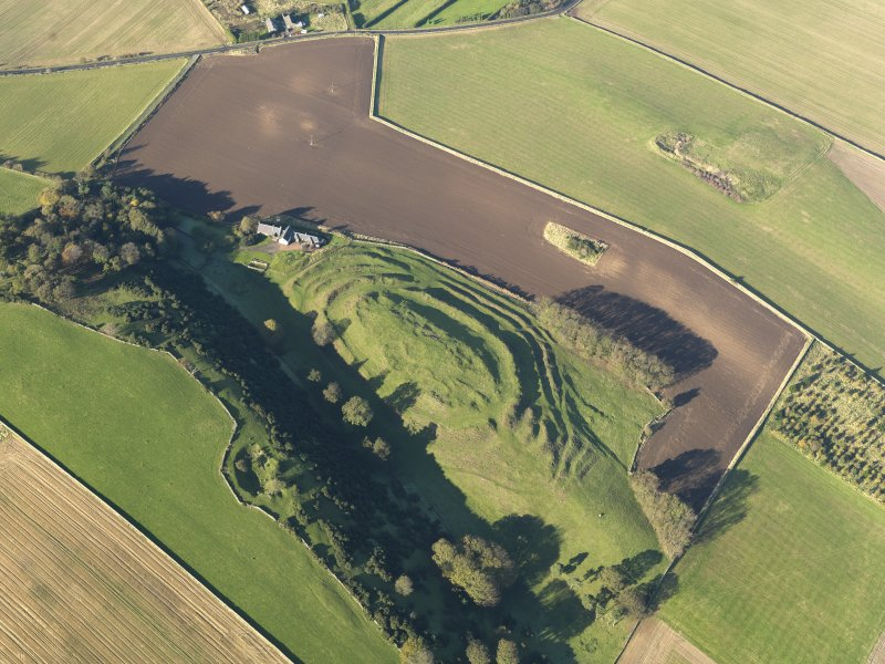 Oblique aerial view of the remains of the fort and settlement at The Chesters, Drem, taken from the SE.