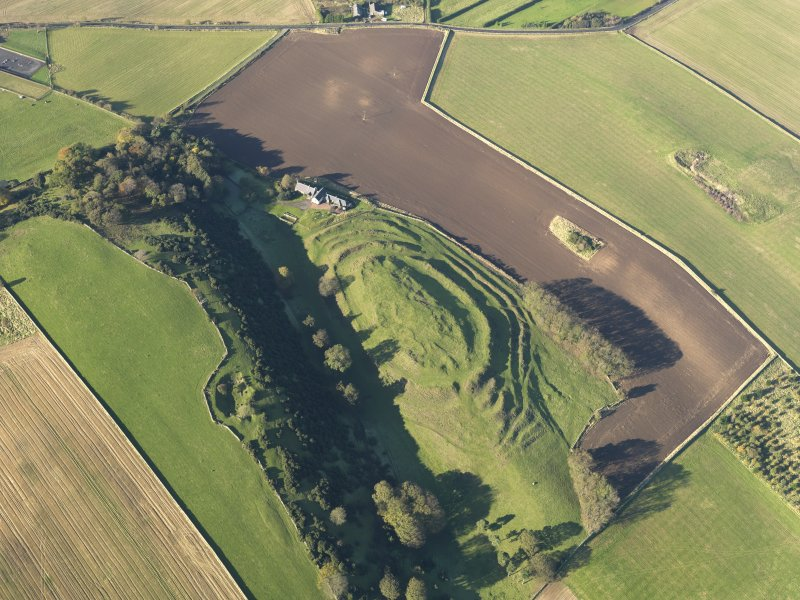 Oblique aerial view of the remains of the fort and settlement at The Chesters, Drem, taken from the ESE.