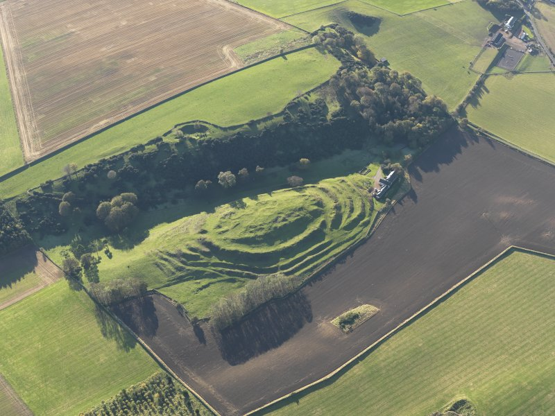 Oblique aerial view of the remains of the fort and settlement at The Chesters, Drem, taken from the NNE.