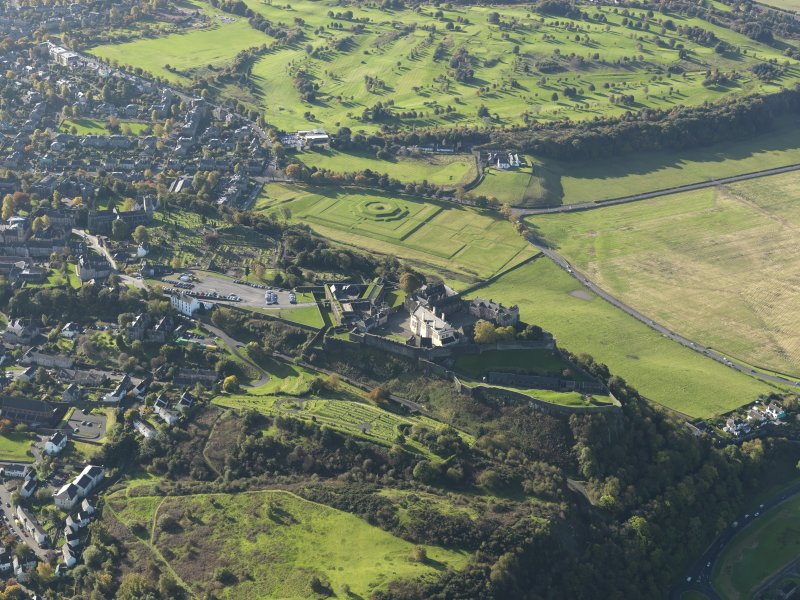 Oblique aerial view centred on Stirling Castle with the town adjacent, taken from the NW.