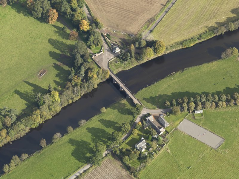 Oblique aerial view centred on the bridge, taken from the SW.