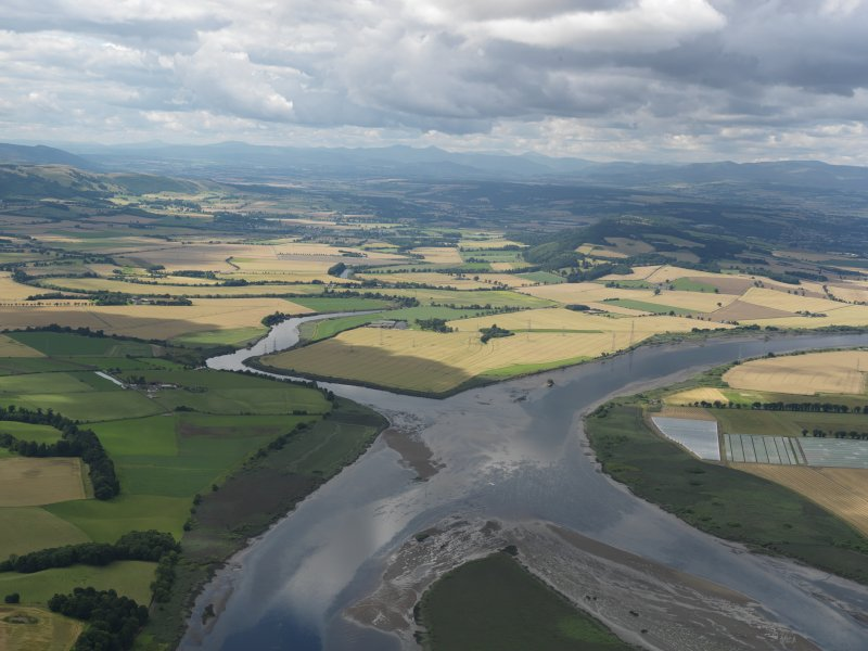 General oblique aerial view looking across Carpow Bank towards the confluence of the Rivers Earn and Tay, taken from the ENE.