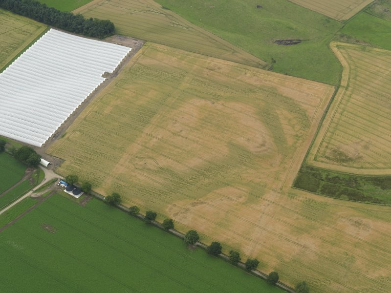 Oblique aerial view centred on the cropmarks of the rig, taken from the S.