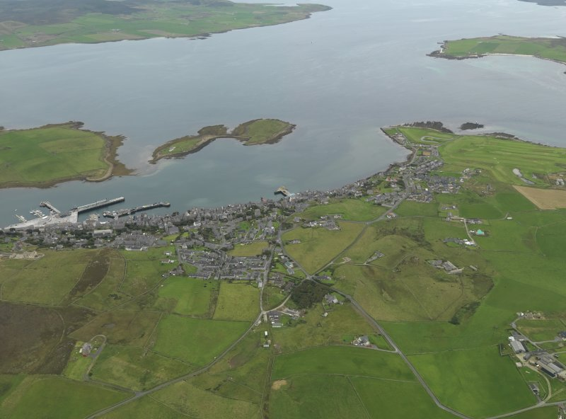 General oblique aerial view centred on the town, taken from the NW.