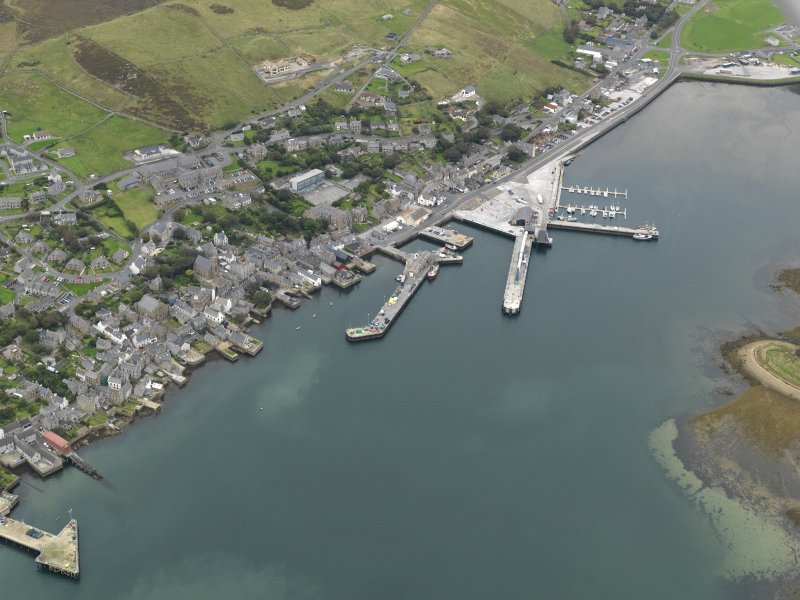 Oblique aerial view centred on the town with the ferry terminal and pier adjacent, taken from the S.