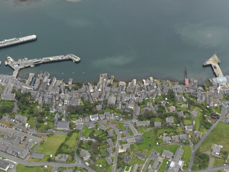 Oblique aerial view centred on the town with the ferry terminal and pier adjacent, taken from the WNW.