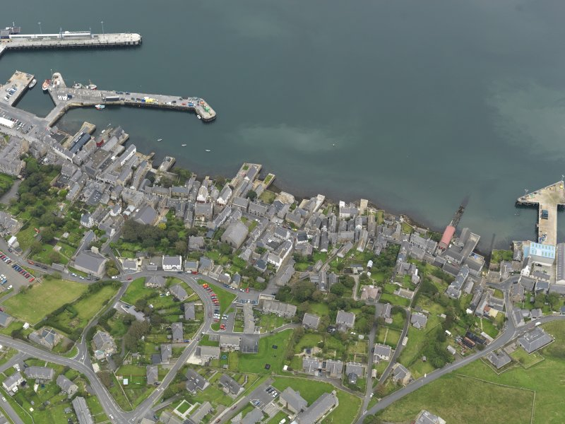 Oblique aerial view centred on the town with the ferry terminal and pier adjacent, taken from the W.