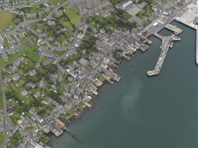 Oblique aerial view centred on the town with the ferry terminal adjacent, taken from the SSW.