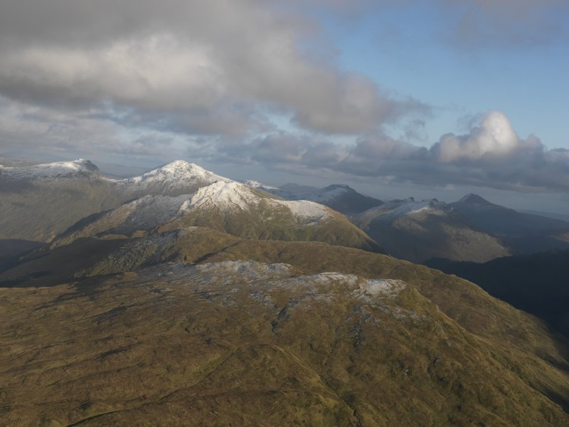 General oblique aerial view looking across Cnoc Coinnich towards The Cobbler (Ben Arthur) and Beinn Ime, taken from the SW.
