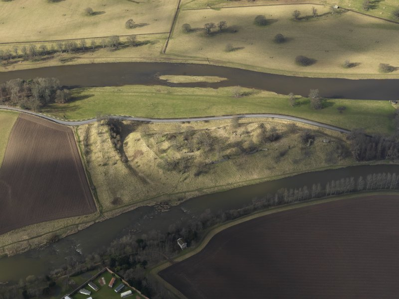 Oblique aerial view centred on the remains of the castle, taken from the SE.