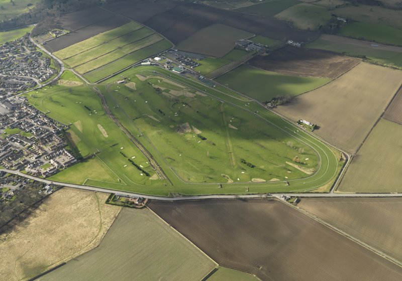Oblique aerial view centred on the race course, taken from the E.
