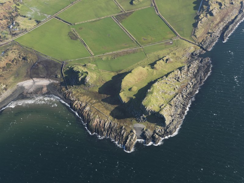 General oblique aerial view centred on the remains of the forts, Dunagoil, Bute, with the remains of the rig and furrow adjacent, taken from the W.