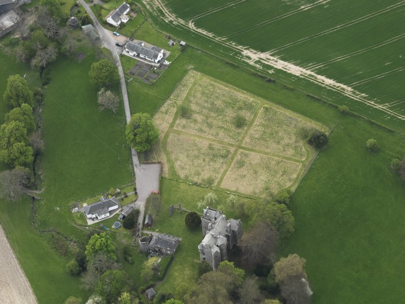 Oblique aerial view centred on the castle with the custodian's house adjacent, taken from the NE.