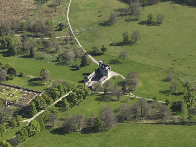 Oblique aerial view centred on the castle, taken from the N.