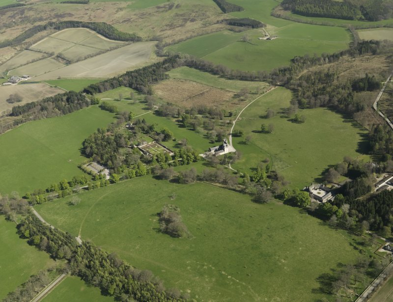 General oblique aerial view centred on the castle, taken from the NW.